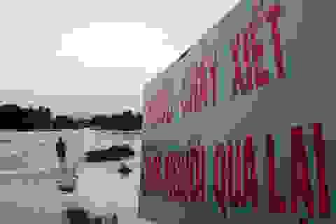 Nước bủa vây, dân liều mình vượt dòng lũ chảy xiết