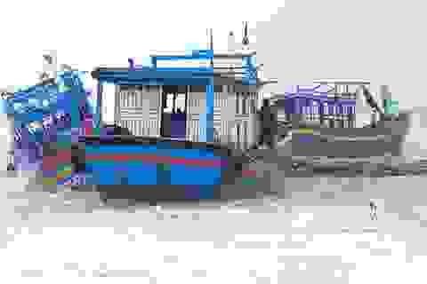 """36 tàu cá bị nước lũ nhấn chìm, """"thổi bay"""" vỡ toác"""