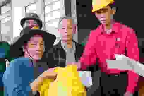 Quỹ Nhân ái hỗ trợ 100 suất quà đến người dân bị ảnh hưởng lũ lụt tại Bình Định