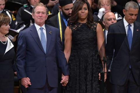 Cựu Tổng thống Bush hứng bão chỉ trích vì nhún nhảy khi tưởng niệm cảnh sát bị bắn tỉa