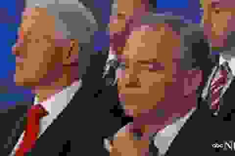 Cựu Tổng thống Clinton ngủ gật khi nghe vợ phát biểu tại đại hội đảng
