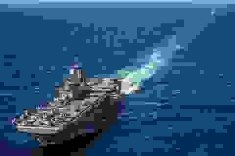 """Hai tàu chiến Mỹ cập cảng Hong Kong sau 5 tháng bị """"cấm cửa"""""""