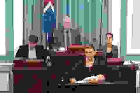 Nữ nghị sĩ Iceland cho con bú ngay trên bục phát biểu