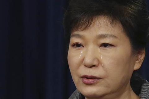 Tổng thống Hàn Quốc bật khóc giữa lúc nơi sinh của cha bị phóng hỏa