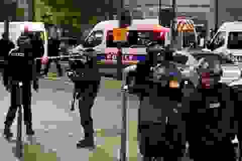Bắt cóc con tin giữa thủ đô Paris