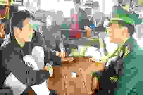 Tàu cá Quảng Bình cứu 1 người dân Trung Quốc gặp nạn trên biển