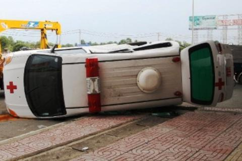 Lật xe cấp cứu, người nhà bệnh nhân tử vong