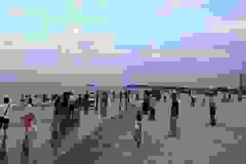 Quảng Bình: Các bãi biển, nhà hàng hải sản đã nhộn nhịp trở lại