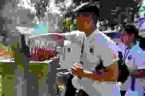 Quảng Bình: Sinh viên kiều bào viếng mộ Đại tướng Võ Nguyên Giáp
