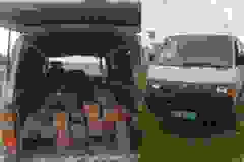 Bắt giữ xe biển xanh vận chuyển gỗ không rõ nguồn gốc