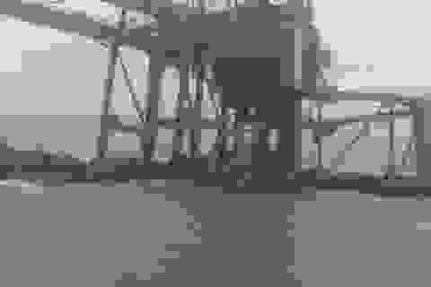 3 giàn cẩu của Formosa Hà Tĩnh bị sóng đánh dạt vào Quảng Bình