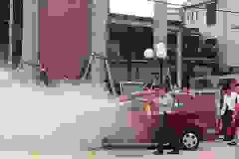 Xe ô tô bốc cháy khi đang đậu bên lề đường