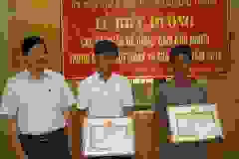 Khen thưởng hai cha con dũng cảm cứu 15 người trong lũ dữ