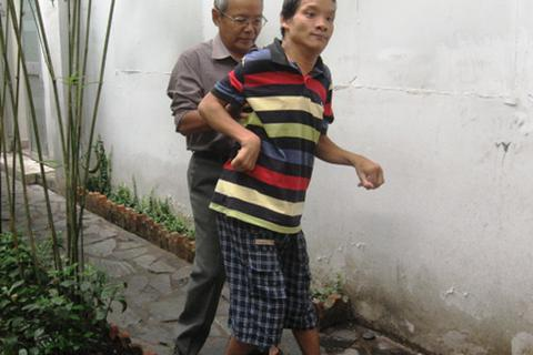 Cha già 73 tuổi mong một ngày con có thể tự xúc cơm ăn