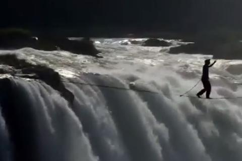 Rùng mình xem cảnh vượt thác lớn nhất thế giới trên sợi dây cáp