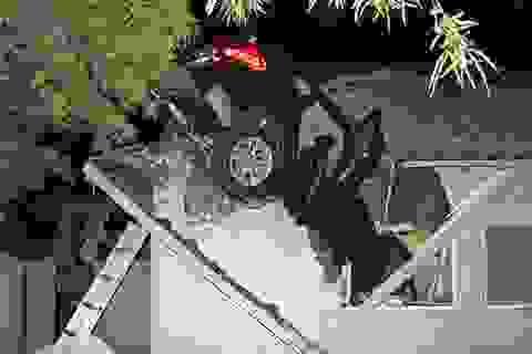 BMW mất lái xuyên thủng mái nhà, không hề có thương vong