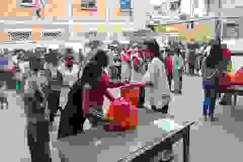 Lãnh sự danh dự Việt Nam tại Madagascar hỗ trợ nạn nhân bão lụt
