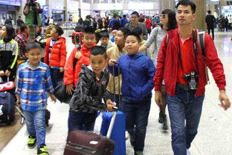 Hồng Sơn – Ngọc Châm đưa cầu thủ tí hon sang Hàn Quốc thi đấu