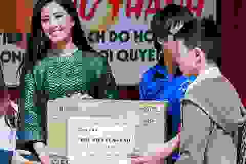 Người đẹp Nguyễn Thị Loan quyên sách cho học trò nghèo miền núi