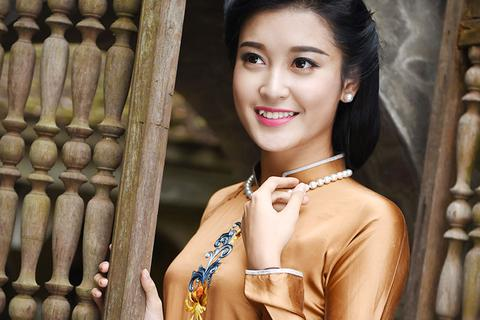 Á hậu Huyền My đẹp nền nã với áo dài truyền thống