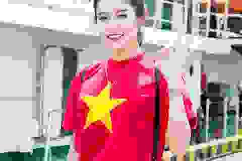 Á hậu Huyền My mặc áo cờ đỏ sao vàng giao lưu với cảnh sát biển