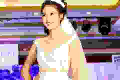 Siêu mẫu Hà Phương lộng lẫy trong chiếc váy kỷ lục