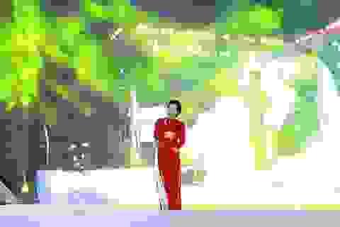 Mỹ Linh mặc áo dài cờ đỏ sao vàng hát mừng Quốc khánh