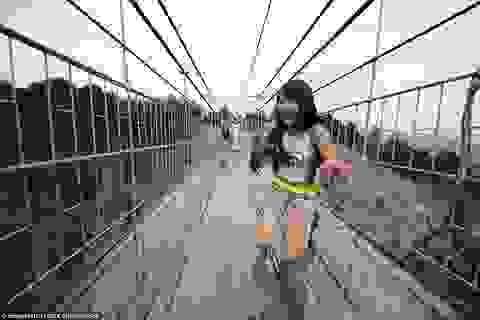 """""""Hoa mắt, chóng mặt"""" đi trên cây cầu kính dài nhất thế giới"""