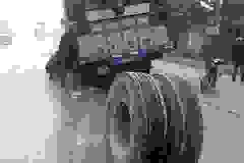 Xe tải đang chạy bỗng... rơi bánh