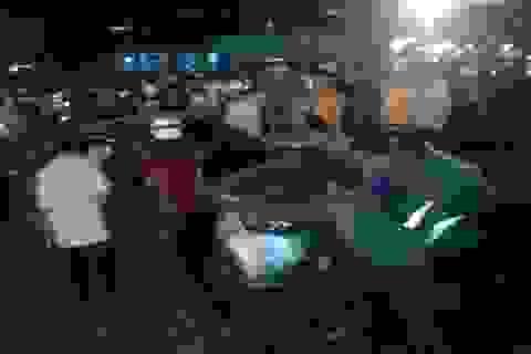Hàng chục người giải cứu xế hộp bay lên vòng xuyến