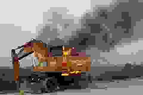 Hà Nội: Máy xúc bốc cháy dữ dội khi đang thi công