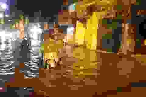 Mưa lớn cả tiếng, đường Hà Nội lại thành biển nước