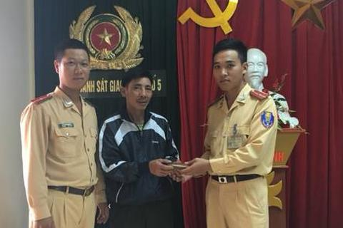 Hà Nội: CSGT trả lại gần 13 triệu đồng cho người đánh rơi