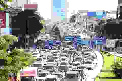 Hà Nội: Cầu vượt Nguyễn Chí Thanh ùn tắc kinh hoàng do... bùn