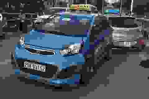 """Hà Nội: 2 taxi """"đấu đầu"""" trên cầu vượt, 1 người nhập viện"""