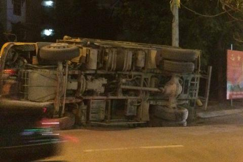Hà Nội: Xe tải lật nghiêng giữa phố, cát vương vãi ra đường