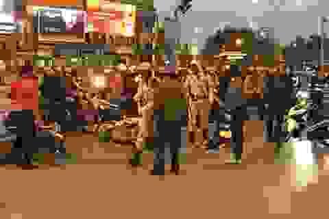 """Hà Nội: Ô tô """"điên"""" đâm liên tiếp xe máy, nhiều người bị thương"""
