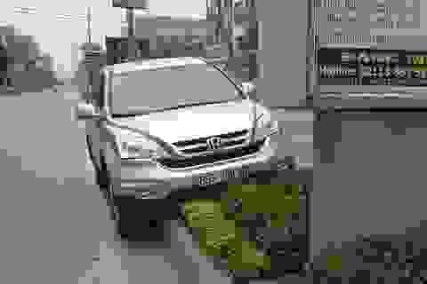 """Ô tô CRV mất lái """"ngồi chễm chệ"""" trên dải phân cách"""