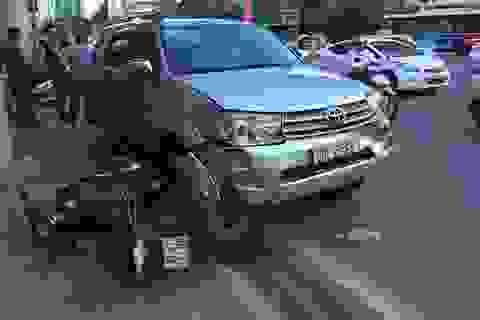 """Hà Nội: Ô tô """"hạ gục"""" liên tiếp 9 xe máy trên phố"""