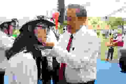 Phó Thủ tướng đội mũ bảo hiểm cho học sinh trong ngày khai giảng