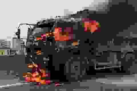 Hà Nội: Xe tải bốc cháy dữ dội ở đường trên cao