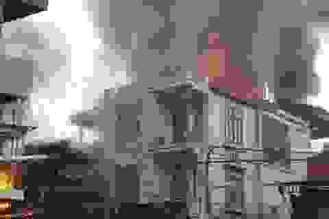 Hà Nội: Cháy dữ dội tại cửa hàng bán đồ gỗ nội thất