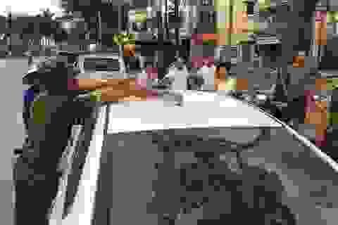 Hà Nội: Nữ tài xế hốt hoảng vì đoạn sắt to rơi trúng nóc xe mình