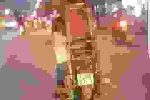 """Hà Nội: Rùng mình chứng kiến bé trai """"đánh đu"""" bên xe máy"""
