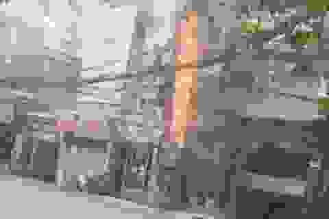 Hà Nội: Cột điện bốc cháy dữ dội giữa trưa
