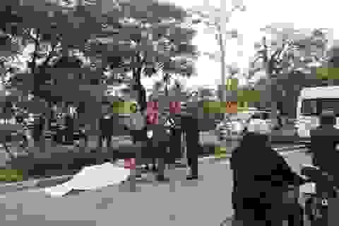 Hà Nội: Cụ ông đi xe máy ngã xuống đường tử vong