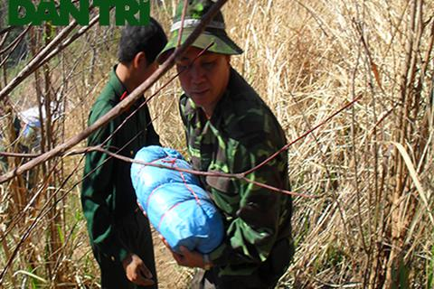Tìm lại xương cốt người lính mũ sắt Hà Nội trong các hố chôn tập thể