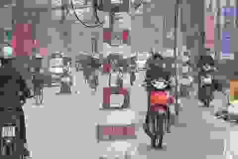"""Hà Nội: """"Làm xiếc"""" trên đường vì ma trận cột điện bủa vây"""