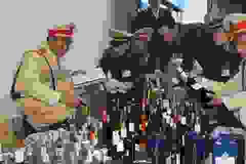 Bắt giữ một xe tải chở gần 500 chai rượu ngoại không rõ nguồn gốc