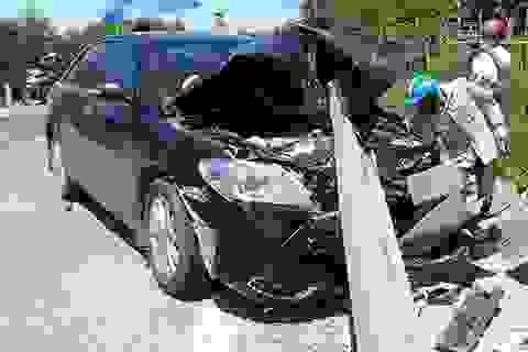 Xe Camry vỡ toác đầu vì tông rào chắn